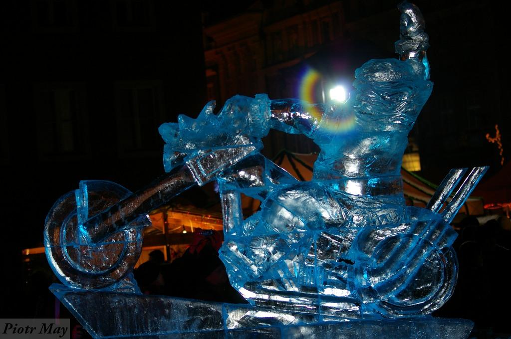 Świąteczny Poznań przyozdobiony lodowymi rzeźbami