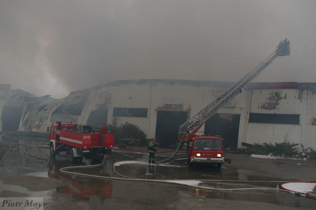 Wielki pożar w Poznaniu, strażacy nadal polewają zgliszcza
